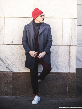 Comment porter des chaussettes bordeaux: Opte pour un pardessus bleu marine avec des chaussettes bordeaux pour un look idéal le week-end. Cet ensemble est parfait avec une paire de des baskets basses en cuir blanches.