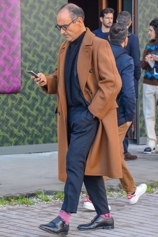 Comment porter un pardessus tabac: Pense à porter un pardessus tabac et un costume bleu marine pour un look classique et élégant. Si tu veux éviter un look trop formel, fais d'une paire de des double monks en cuir noirs ton choix de souliers.