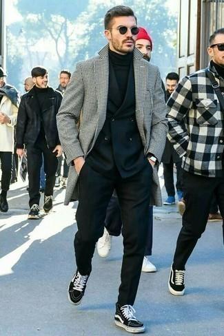 Comment porter un costume noir: Essaie de marier un costume noir avec un pardessus en pied-de-poule blanc et noir pour un look pointu et élégant. Une paire de des baskets montantes en toile noires et blanches apportera un joli contraste avec le reste du look.