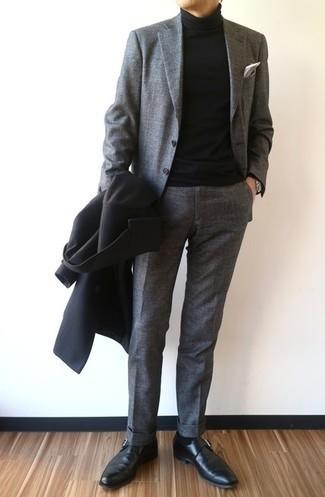 Comment porter des monks en cuir noirs: Pense à harmoniser un pardessus noir avec un costume gris pour dégager classe et sophistication. Tu veux y aller doucement avec les chaussures? Complète cet ensemble avec une paire de monks en cuir noirs pour la journée.