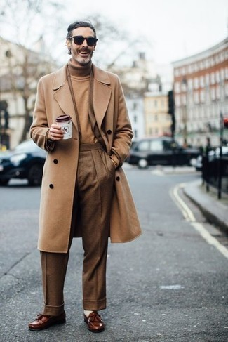 Comment porter un pardessus marron clair: Opte pour un pardessus marron clair avec un costume à carreaux marron pour une silhouette classique et raffinée. Une paire de mocassins à pampilles en cuir marron s'intégrera de manière fluide à une grande variété de tenues.