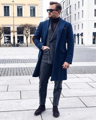 Comment s'habiller en hiver: Pense à associer un pardessus bleu marine avec un costume en laine à rayures verticales gris foncé pour une silhouette classique et raffinée. Jouez la carte décontractée pour les chaussures et choisis une paire de bottes brogue en daim marron foncé. En bref, cette tenue d'hiver est superbe.