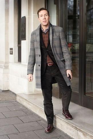 Comment porter une chemise de ville violet clair: Associe une chemise de ville violet clair avec un pardessus écossais gris pour dégager classe et sophistication. Mélange les styles en portant une paire de des bottes de loisirs en cuir bordeaux.