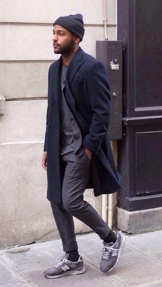 Comment porter: pardessus bleu marine, costume gris, t-shirt à col rond gris, chaussures de sport grises