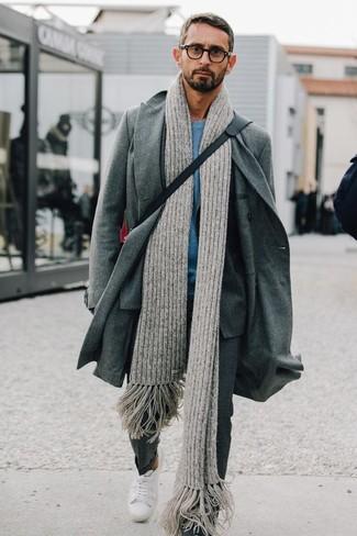 Comment porter: pardessus gris, costume à carreaux gris, t-shirt à col rond turquoise, baskets basses blanches