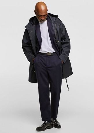 Comment porter une ceinture en toile noire: Harmonise un pardessus noir avec une ceinture en toile noire pour un look confortable et décontracté. Une paire de des chaussures derby en cuir noires apportera une esthétique classique à l'ensemble.