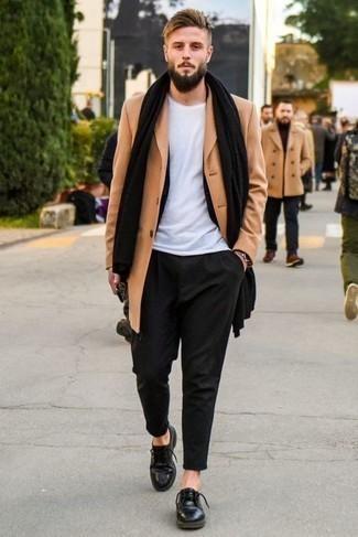 Comment porter un pardessus marron clair: Porte un pardessus marron clair et un costume noir pour une silhouette classique et raffinée. Tu veux y aller doucement avec les chaussures? Opte pour une paire de chaussures derby en cuir noires pour la journée.