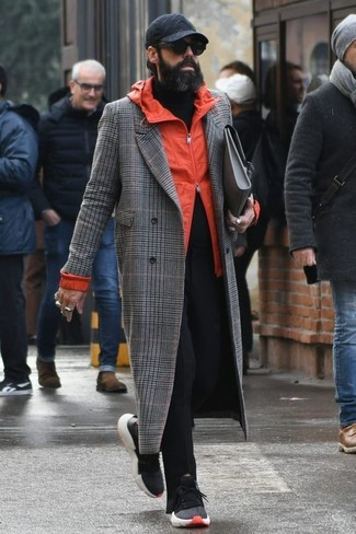 Comment porter: pardessus écossais gris, coupe-vent orange, pull à col roulé noir, pantalon chino noir
