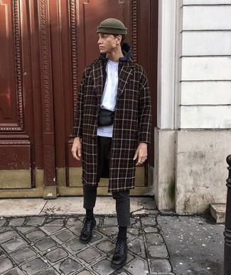 Comment porter: pardessus à carreaux noir, coupe-vent noir, t-shirt à col rond blanc, pantalon chino en laine gris foncé