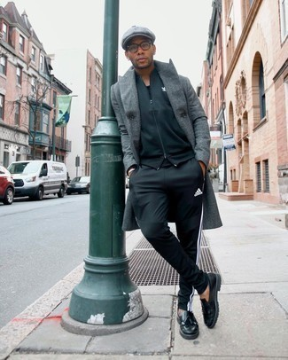 Comment porter une casquette plate: Associe un pardessus à chevrons gris foncé avec une casquette plate pour une tenue relax mais stylée. Jouez la carte classique pour les chaussures et assortis cette tenue avec une paire de mocassins à pampilles en cuir noirs.