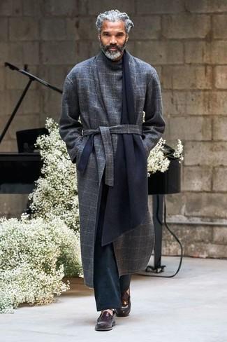 Comment porter: pardessus écossais bleu marine, pantalon chino noir, slippers en cuir marron foncé