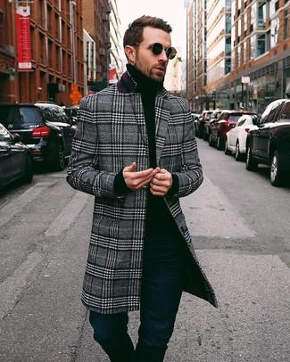 Comment porter: pardessus écossais noir et blanc, pull à col roulé noir, jean bleu marine