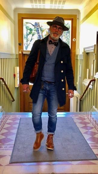 Comment porter: pardessus noir, gilet bleu marine, chemise à manches longues en vichy bordeaux, jean bleu