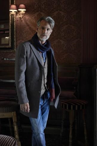 Comment porter: pardessus à chevrons gris, gilet en vichy gris, chemise à manches longues en chambray bleue, jean bleu