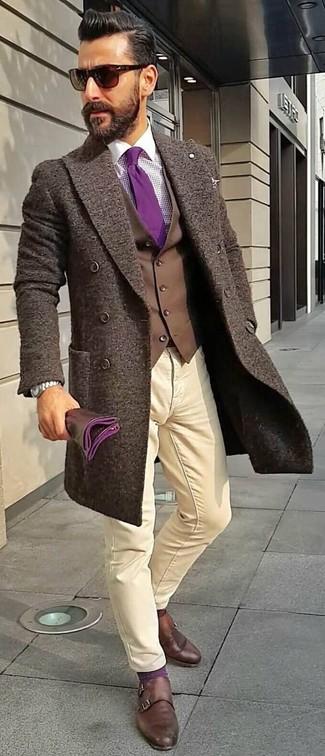 Comment porter: pardessus marron foncé, gilet marron foncé, chemise de ville en vichy pourpre, pantalon chino beige