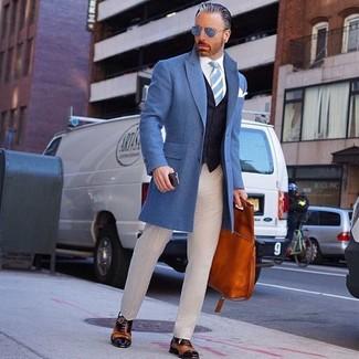 Comment porter une cravate à rayures verticales bleu clair pour un style elégantes en automne: Opte pour un pardessus bleu avec une cravate à rayures verticales bleu clair pour un look classique et élégant. Cette tenue se complète parfaitement avec une paire de des chaussures richelieu en cuir tabac. On trouve que pour l'automne cette tenue est sublime.
