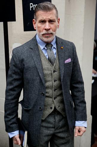 Tenue de Nick Wooster: Pardessus gris foncé, Gilet en laine à chevrons gris, Chemise de ville bleu clair, Pantalon de costume en laine à chevrons gris foncé