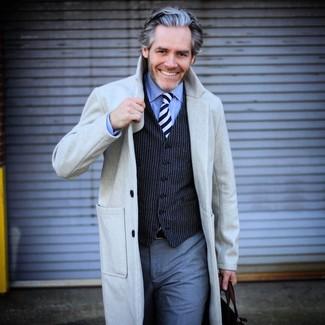 Comment porter: pardessus gris, gilet à rayures verticales bleu marine, chemise de ville bleu clair, pantalon de costume gris