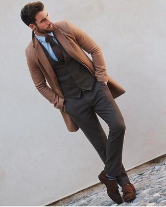 Comment porter: pardessus marron clair, gilet en laine marron foncé, chemise de ville bleu clair, pantalon de costume en laine marron foncé