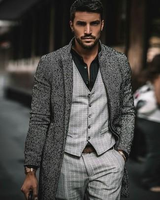 Comment porter: pardessus à chevrons gris, gilet à rayures verticales gris, chemise de ville à rayures verticales noire, pantalon de costume à rayures verticales gris