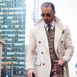 Comment porter: pardessus beige, gilet en laine marron, chemise de ville blanche, pantalon de costume en laine à carreaux bordeaux