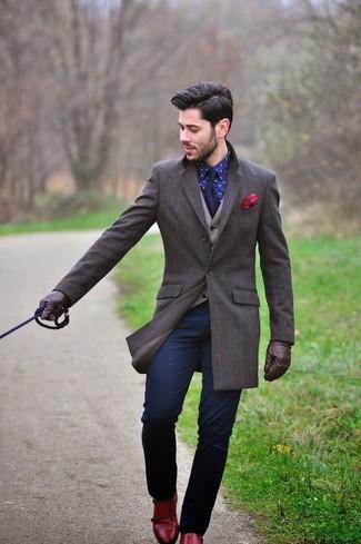 Comment porter: pardessus marron foncé, gilet en laine beige, chemise de ville imprimée bleu marine, pantalon chino bleu marine