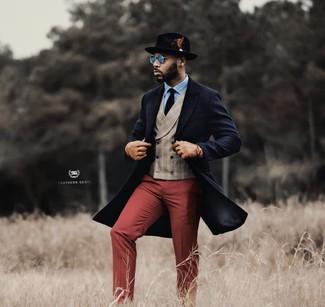 Comment porter: pardessus bleu marine, gilet écossais beige, chemise de ville bleu clair, pantalon de costume bordeaux