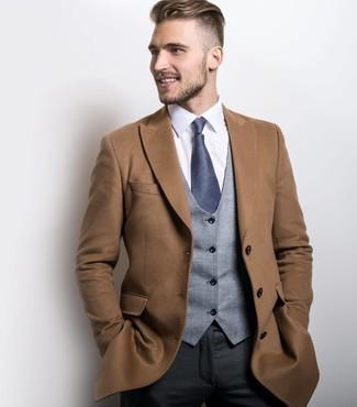 Comment porter un pardessus marron clair: Pense à porter un pardessus marron clair et un pantalon de costume gris foncé pour une silhouette classique et raffinée.