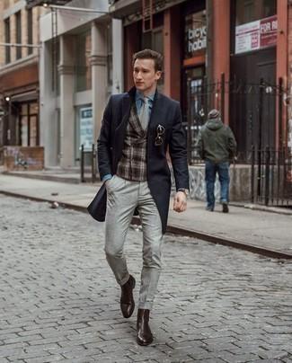 Comment porter une cravate grise: Pense à marier un pardessus noir avec une cravate grise pour une silhouette classique et raffinée. Jouez la carte décontractée pour les chaussures et opte pour une paire de des bottines chelsea en cuir marron foncé.