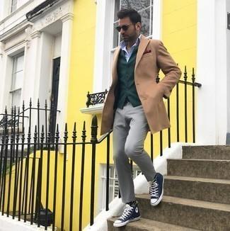 Comment porter un pantalon chino gris: Associe un pardessus marron clair avec un pantalon chino gris si tu recherches un look stylé et soigné. Tu veux y aller doucement avec les chaussures? Choisis une paire de baskets montantes en toile bleu marine et blanc pour la journée.