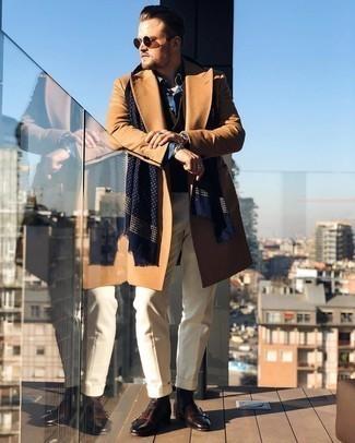 Comment s'habiller en hiver: Pense à opter pour un pardessus marron clair et un pantalon de costume beige pour un look pointu et élégant. Jouez la carte décontractée pour les chaussures et termine ce look avec une paire de bottines chelsea en cuir marron foncé. Nous aimons beaucoup ce look qui sent bon l'hiver.