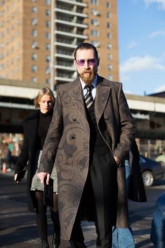 Comment porter une cravate à rayures verticales noire après 40 ans: Fais l'expérience d'un style classique avec un pardessus imprimé cachemire marron foncé et une cravate à rayures verticales noire.