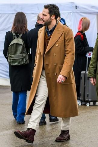 Comment porter: pardessus marron clair, gilet en velours côtelé marron foncé, chemise en jean bleu marine, pantalon chino beige