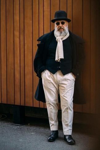 Comment s'habiller après 60 ans: Sois au sommet de ta classe en portant un pardessus bleu marine et un pantalon de costume blanc. Une paire de bottes de loisirs en cuir noires apportera un joli contraste avec le reste du look.