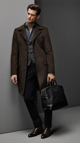 Comment porter: pardessus marron foncé, gilet gris foncé, pull à col roulé marron clair, chemise à manches longues en chambray bleu marine