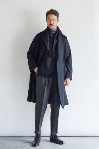 Comment s'habiller pour un style elégantes: Pense à harmoniser un pardessus bleu marine avec un pantalon de costume gris pour un look pointu et élégant. Pour les chaussures, fais un choix décontracté avec une paire de des chaussures brogues en cuir noires.
