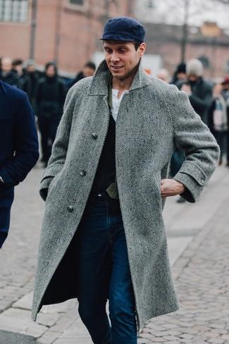 Comment porter: pardessus à chevrons gris, gilet en laine bleu marine, t-shirt à col boutonné blanc, jean bleu marine