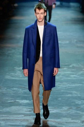 Comment porter: pardessus bleu, gilet noir, t-shirt à col rond blanc, pantalon de costume en laine marron clair