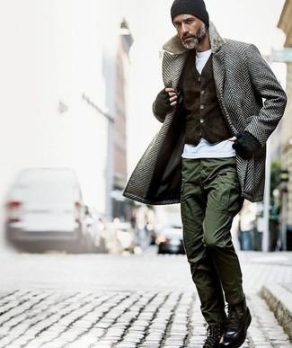 Comment porter: pardessus à chevrons gris, gilet en velours marron foncé, t-shirt à col rond blanc, pantalon cargo olive