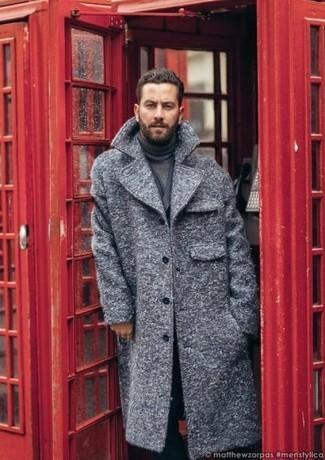 Comment porter: pardessus gris, blazer croisé gris foncé, pull à col roulé gris foncé, pantalon de costume noir