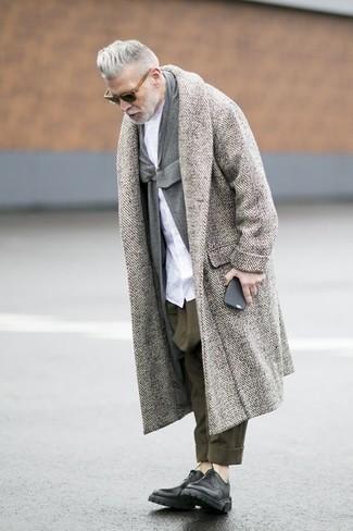 Tenue de Nick Wooster: Pardessus à chevrons gris, Cardigan à col châle gris, Chemise de ville blanche, Pantalon chino olive