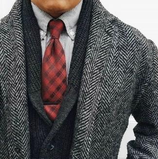 Comment porter: pardessus à chevrons gris, cardigan à col châle noir, chemise à manches longues à rayures verticales blanche et noire, cravate écossaise rouge