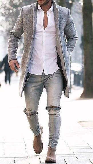 Comment porter: pardessus gris, chemise de ville blanche, jean skinny déchiré gris, bottines chelsea en daim marron clair