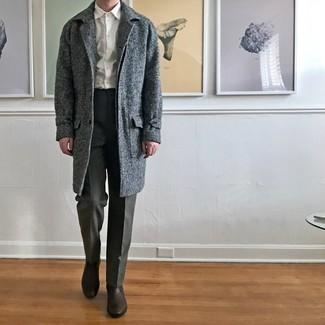 Comment porter un pantalon de costume gris foncé: Quelque chose d'aussi simple que d'opter pour un pardessus à chevrons gris et un pantalon de costume gris foncé peut te démarquer de la foule. Une paire de bottines chelsea en cuir marron foncé apportera un joli contraste avec le reste du look.