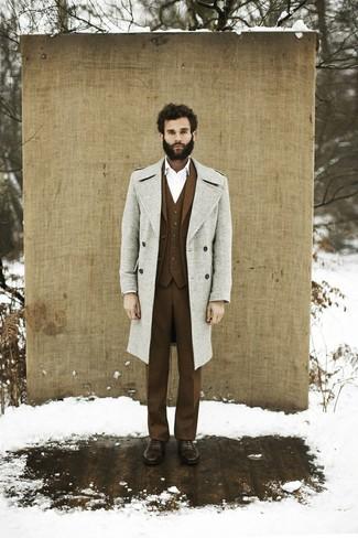 Comment porter: pardessus gris, complet en laine marron, chemise de ville blanche, chaussures richelieu en cuir marron