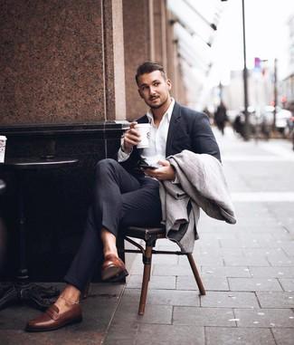 Comment porter: pardessus à chevrons gris, costume gris foncé, chemise de ville blanche, slippers en cuir marron