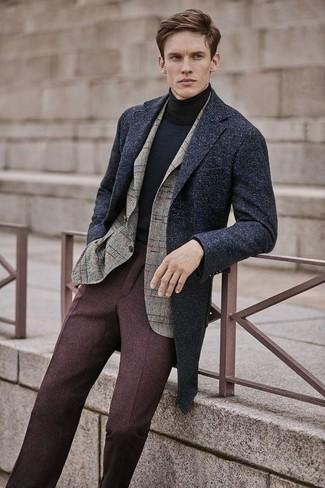 Comment porter: pardessus gris foncé, blazer en laine à carreaux beige, pull à col roulé noir, pantalon de costume en laine marron foncé