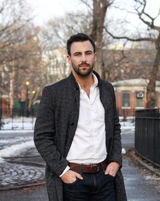 Comment porter: pardessus gris foncé, chemise de ville blanche, jean bleu marine, ceinture en cuir marron foncé