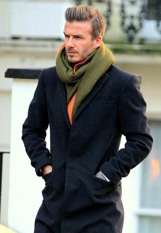 Tenue de David Beckham: Pardessus gris foncé, Écharpe en laine olive