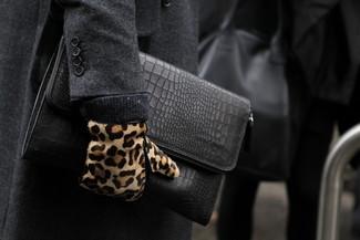 Comment porter: pardessus gris foncé, pochette en cuir noire, gants en daim imprimés léopard marron clair